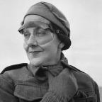 Jean Pitcaithy, uma enfermeira com uma nova unidade do Hospital estacionado na Líbia, usa óculos para protegê-la contra as chicotadas de areias, em 18 de junho de 1942. (AP Photo)
