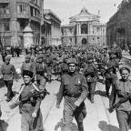 Exército nas ruas de Odessa , Stalingrado (A 8ª Guarda do Exército do general Chuikov nas ruas de Odessa), em abril de 1944. Um grande grupo de soldados soviéticos, incluindo duas mulheres na frente, marcha por uma rua. (LOC
