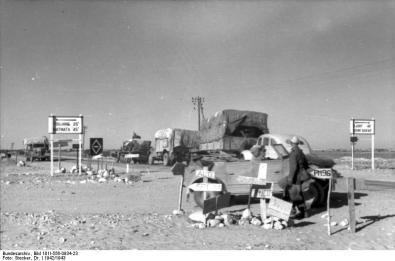 Nordafrika, Straßenkreuzung, Militärfahrzeuge