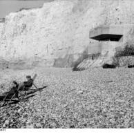 Frankreich, Soldaten im Liegestuhl vor Bunker