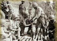 Fig. 2 – Guarnição de artilharia da FEB. O soldado Francisco de Paula aparece ao fundo, o terceiro da esquerda para a direita, de frente para a foto, já ocupando a posição padrão do C3 – Sd carregador da peça