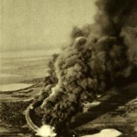 Bombas caem sobre um trem de transporte bolschevista - transporte de munição explode