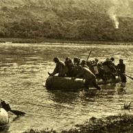 Usando barcos a infantaria alemã atravessa o Dnestr, enquanto a artilharia lançam fogo na margem oposta