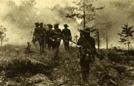 As tropas alemãs abrem o seu caminho através da floresta em chamas