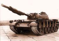 Tanque T-62 equipado com um sistema integrado de escudo anti-projétil de carga (posição para viagem)