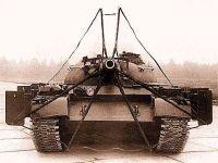 Tanque T-54 equipado com um escudo integrado e pronto para um teste de fogo de projétil
