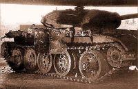 T-54: A blindagem do tanque do lado direito foi atacado 04 vezes por um projétil de 85 milímetros carga oca, com uma cratera de cobre