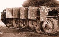 T-54: A blindagem do tanque lado direito após o primeiro a ser atingido por 85 milímetros projétil carga oca