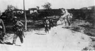 2º Pelotão à frente da 8ª do 11º RI deixando Montese após vitória contra os alemães