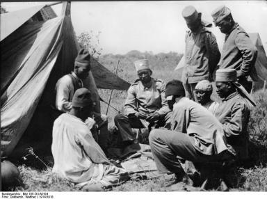 Deutsch-Ostafrika, Askari beim Kartenspiel