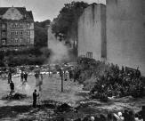 Lemberg, a antiga cidade universitária, causa uma boa impressão, as suas raízes alemãs estão fortemente sentidas. Os ucranianos já lutaram pela sua independência sob o governo polonês e sofreu enormemente. Depois de terror polonês, nos últimos dias, o terrível impacto do terror bolchevique veio. Aqui, vimos o rosto desvendado verdadeiro do novo inimigo. Milhares de alemães e ucranianos étnicos foram arrastados de uma maneira mais bestial para os porões escuros da prisão e assassinados. Pátio da prisão foi local dos crimes mais horríveis que a humanidade nunca tinha presenciado antes. Longas fileiras das vítimas da crueldade bolchevique estavam um após o outro no quintal da prisão.