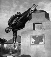 O sistema bolchevista está quebrado e cai do pedestal a atitude materialista, como esta estátua de Lênin, cujo gesso glória é um símbolo desta ameaça política.