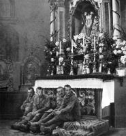 No choque maçante do destino inevitável, muitos bolcheviques tentaram encontrar lugar seguro na igreja.