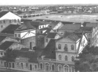 Vista do Bairro do Recife a partir da Torre de Malakoff, que foi o primeiro observatório Astronômico da América-Latina. Ao lado está a praça do Arsenal, que no final do século tinha o nome Praça Voluntários da Pátria, pois dali saia o contingente pernambucano que iria lutar na Guerra do Paraguai