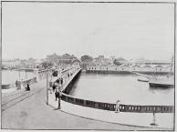 Vista da Ponto da Boa Vista para a Rua da Imperatriz. Observando os depósitos na margem do rio.