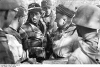 Russland, Soldaten in Winterausrüstung beiBesprechnung