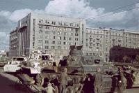 Kinder sehen sich die zerstörten und in der Stadt abgestellten deutschen Panzeran