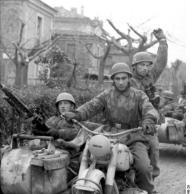 Italien, Fallschirmjäger mit Beiwagen-Krad und MG 42