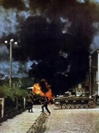 Deutsche Panzer haben eine sowjetische Fahrzeugkolonne