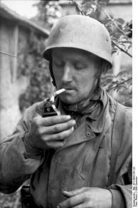 Frankreich, Fallschirmjäger, rauchend