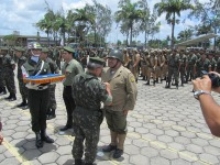 PE Christo recebedo Medalha do General Aguiar