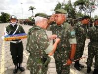 General Fernando - Chefe do Estado Maior do CMNE -  recebe a Medalha Pracinha Antônio Vieira das mãos do General Benzi