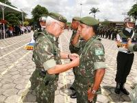 Coronel Edivaldo - Chefe do Estado Maior da Região - Recebe das mãos do General Benzi a Medalha Pracinha Antônio Vieira