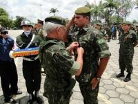 Capitão Neves do 4º BPE recebe a Medalha Aspirante Mega das mãos do General Benzi