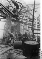 Deutschland, Soldaten in Ruinen einer Fabrik