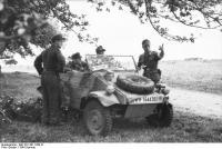 Nordfrankreich, Soldaten mitVW-Kübelwagen