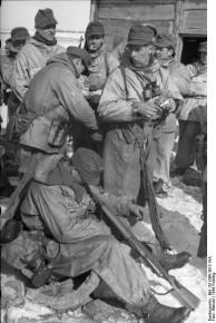 Russland, Soldaten in Winterausrüstung bei Rast