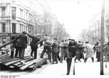 Berlin, Passanten helfen bei Abriss