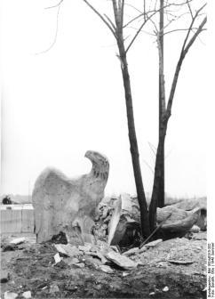 Berlin, zerstörte Adler neben Baum