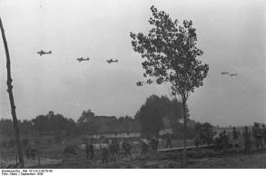 Polen, Flugzeuge über einer Ortschaft