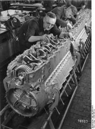 Flugzeugbau, Arbeit an Flugmotoren