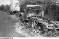 Frankreich, zerstörte Fahrzeuge auf Landstraße