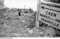 Frankreich, bei Falaise, Zerstörungen in Ortschaft