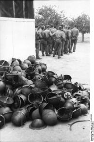 Frankreich, Stahlhelme alliierter Soldaten
