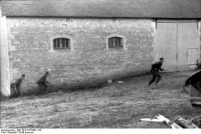 Frankreich, deutsche Soldaten vor Scheune