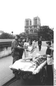 Paris, Notre Dame, deutsche Soldaten beim Einkauf