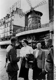 Paris, deutsche Soldaten vor dem Moulin Rouge