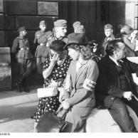 Paris, Soldaten und Zivilisten vor Gebäude