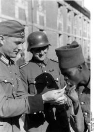 Französischer Kriegsgefangener mit Wachtposten