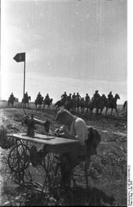 Russland, Soldat an Nähmaschine