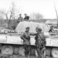 """Oberst Karl Lorenz vor Panzer V """"Panther"""""""