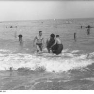 Frankreich, Soldaten (?) beim Baden im Meer