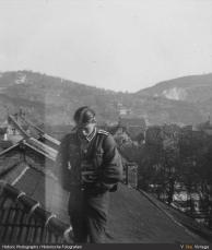 com uniforme do pai em cima do teto
