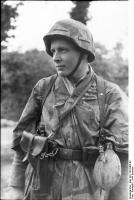 Frankreich, Soldat mit Pistole undFeldflasche