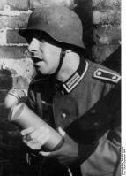 Kriegsberichter mit Mikrofon