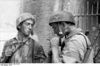 Holland, zwei Fallschirmjäger, rauchend